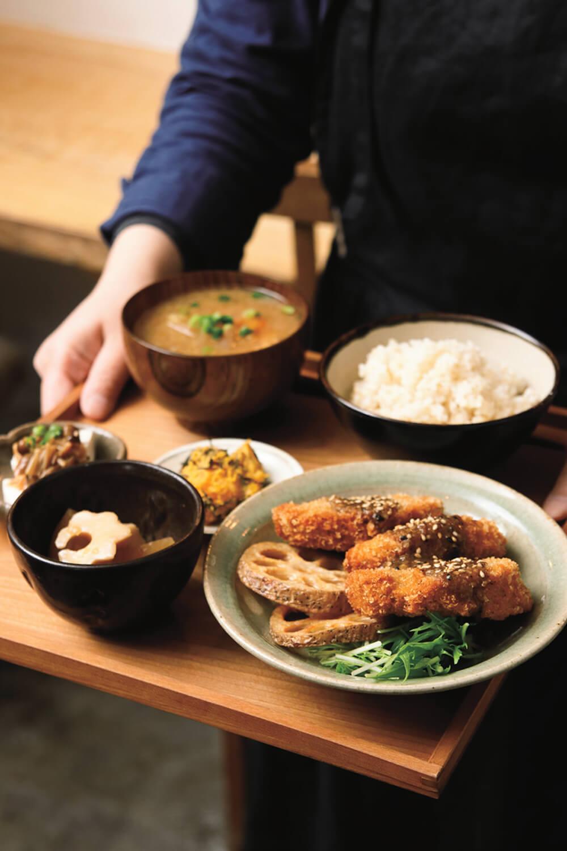 車麩のフライと季節の野菜の素揚げゴマ味噌だれ定食1300円。