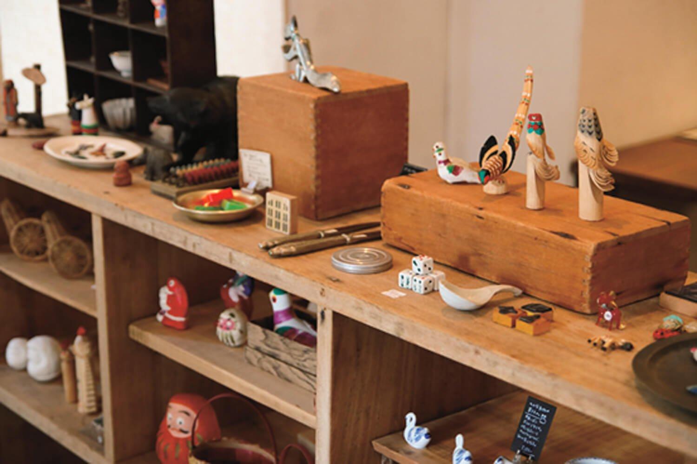 カフェスペースの隣に雑貨の展示や販売も。