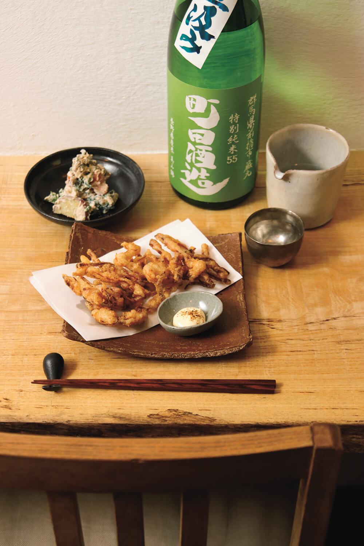 さきいかの天ぷら500円、5種の野菜の白和え450円、酒750円~。