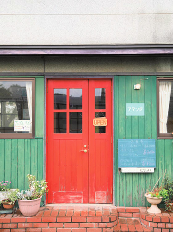 戦後建築のオレンジの扉、中央階段を活かして2008年より営む。