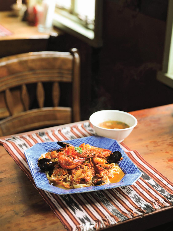 ランチセット1500円の大海老とたっぷり魚介のパスタ(ペスカトーレ)。