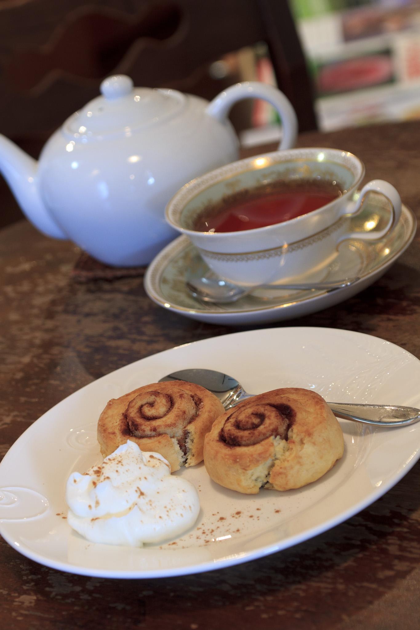 外はカリッ、中はしっとりとしたシナモンロールスコーンとダージリンを使った紅茶。