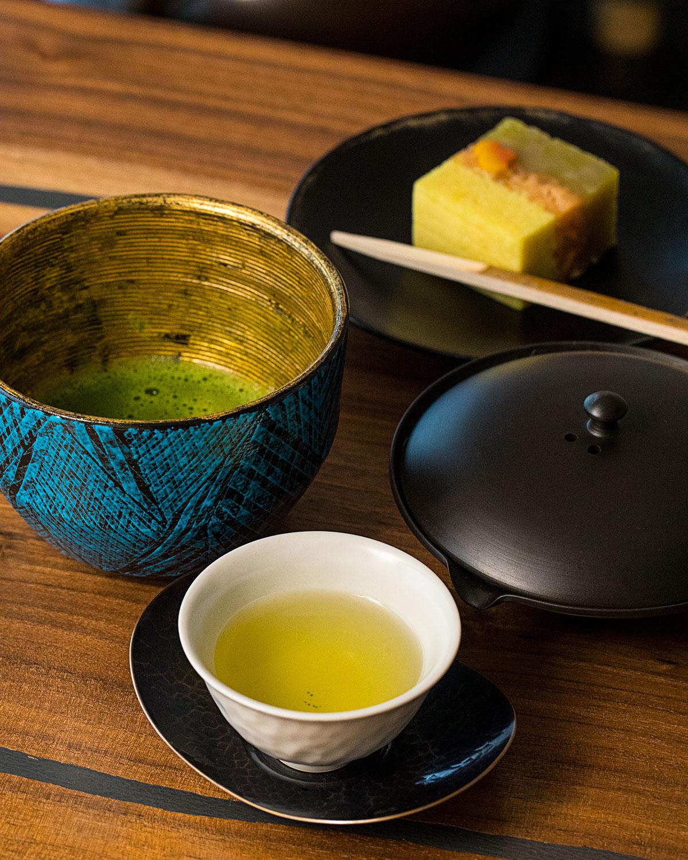 季節の抹茶1700円前後。絞り出し急須を使って抽出した碾茶、茶菓子(この日は茗荷谷『一幸庵』より)、抹茶の順で味わう。