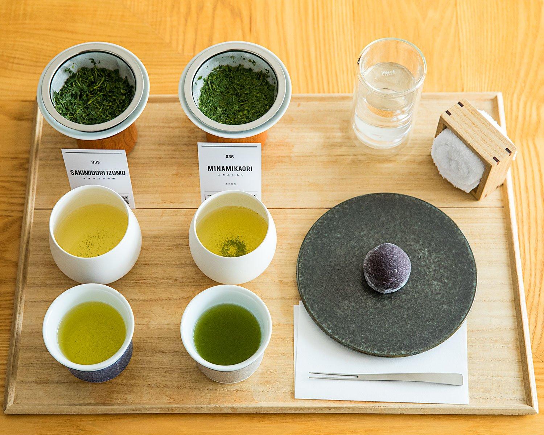 煎茶2種飲み比べ+お茶菓子1400円は、月替わりの8種類から選べる。竹炭を練り込んだ求肥でこしあんを包む「くろ大福」は、深蒸しによく合う。