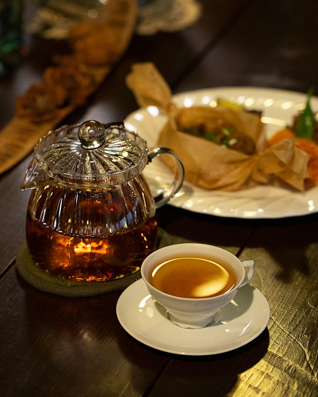 釜炒り茶の産地、熊本県馬見原産の岩永一号960円を明治後期に作られた輸出用のカップ&ソーサ―で。鶏おこわ(副菜付き)940円。