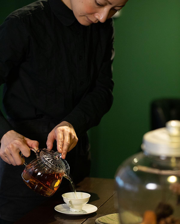 国産紅茶の奥深い魅力を伝える中野さん。