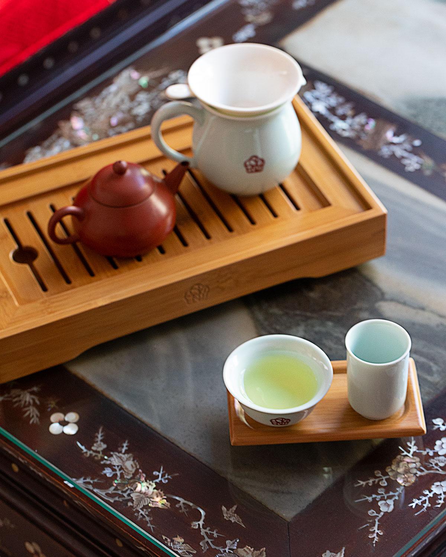 竹茶盤にのる茶器が愛らしい。右下が聞香杯。高山烏龍茶「冷香」1300円。