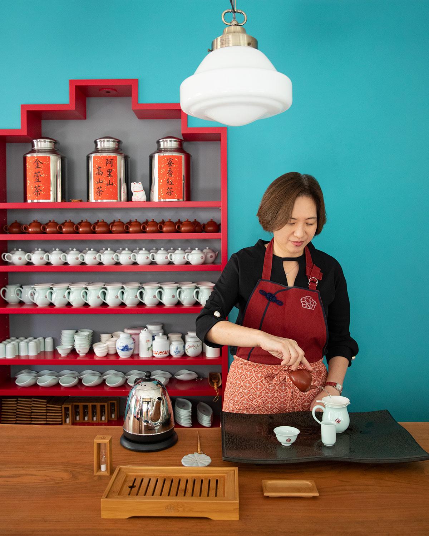 茶藝師の何さん。