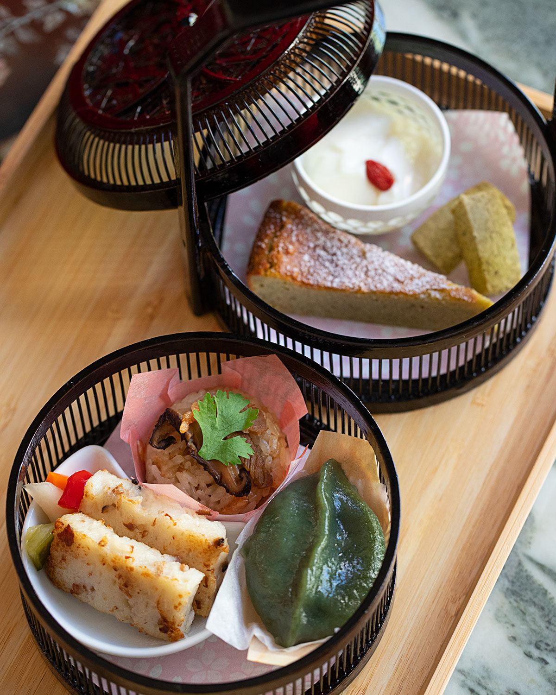 アフタヌーンティーセット1300円は、オリジナルのお菓子3種、台湾風軽食3種。