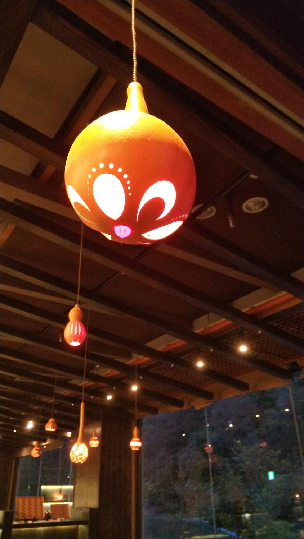 栃木の名産・ひょうたんで作った灯りがロビーを照らす。