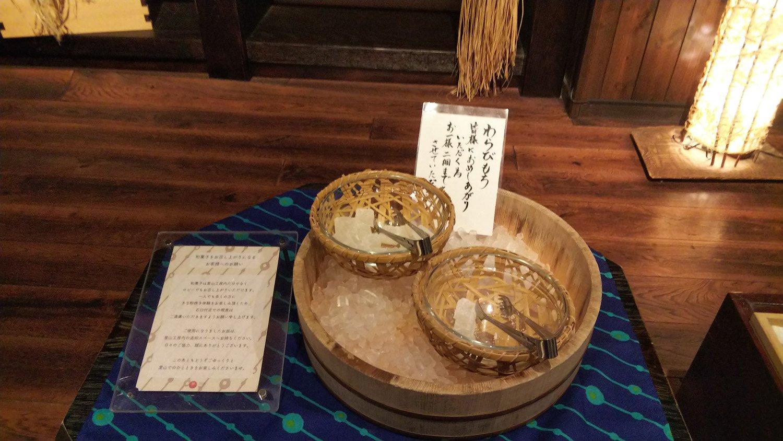 わらび餅は氷で冷やされた状態で提供されていた。心遣いが嬉しい。