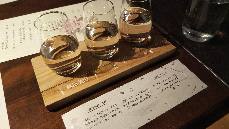 地酒飲み比べセット。日本酒も進むわ。
