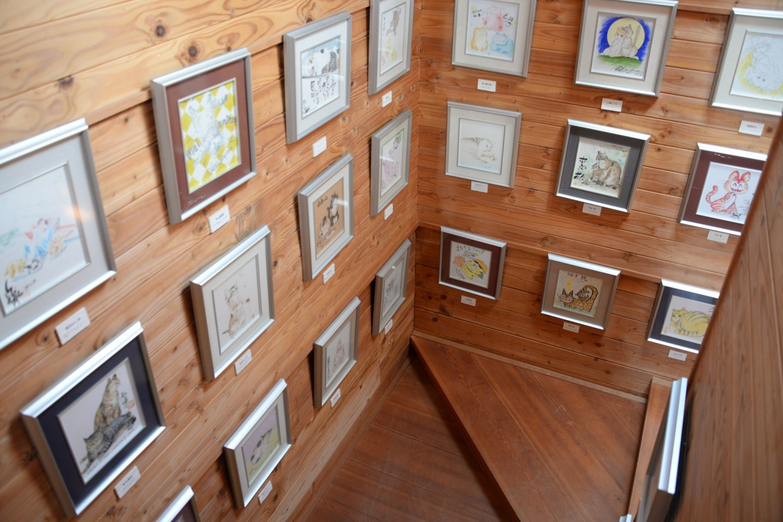 センターハウスの階段や2階創作室で、マンガ家のネコの絵を鑑賞。