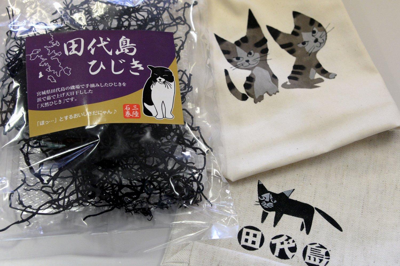 オリジナルのポーチ3780円、 田代島の天然ひじき600円。