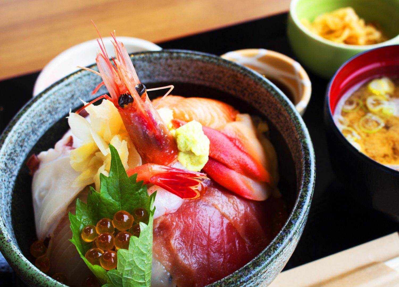 いちばんの売れ筋、元気丼1250円。新鮮な魚介満載でリーズナブル。