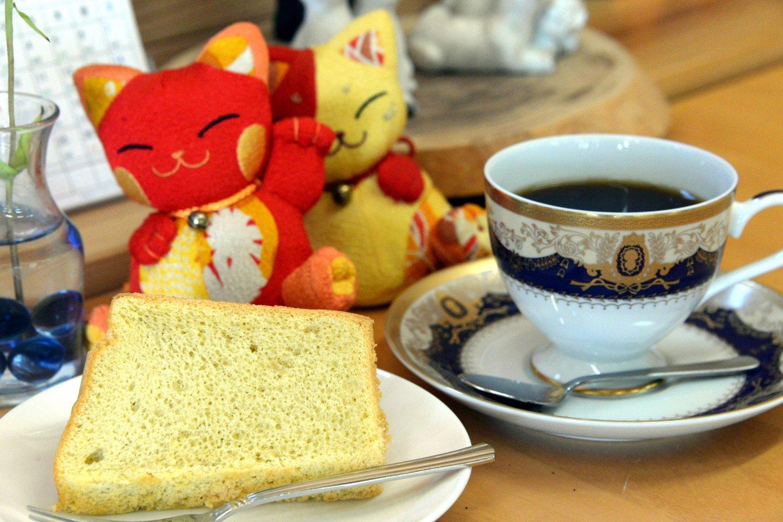 手作りシフォンケーキ160円、コーヒー250円をイートインで。