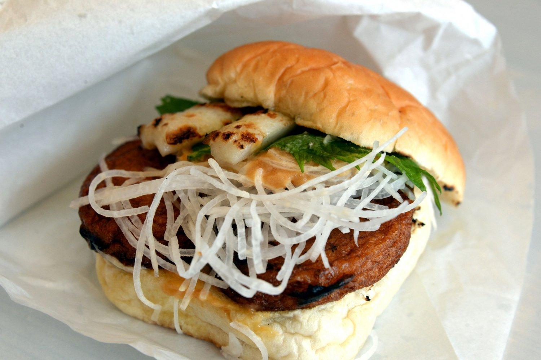 石巻産の練り物と地場野菜をはさんだ「おでんバーガー」380円。