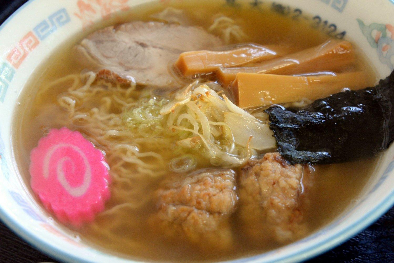 『割烹 高大』の特徴はサバの竜田揚げと縮れ細麺。700円。
