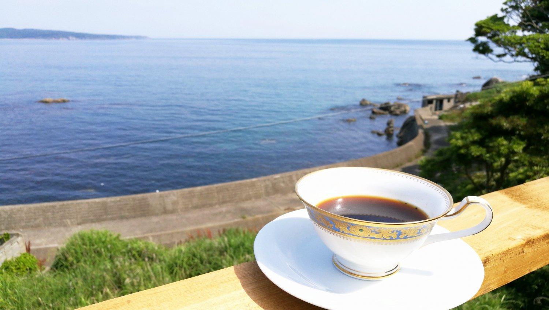 日向ぼっこするネコと海を眺める テラス席でコーヒー300円を。