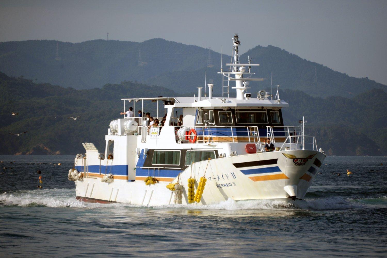 仁斗田港へ入ってくる、今春投入された新造船「マーメイドⅡ」。