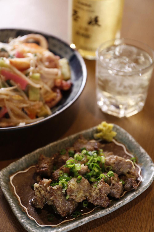 人気の牛すじニンニク炒め380円は酒が進む。皿うどん840円、長崎の焼酎「壱岐」は1杯500円。
