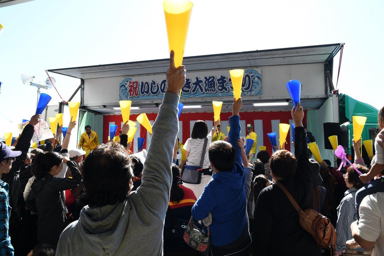 「鮮魚セリ」も開催される。買受人気分が味わえるとあって大好評。
