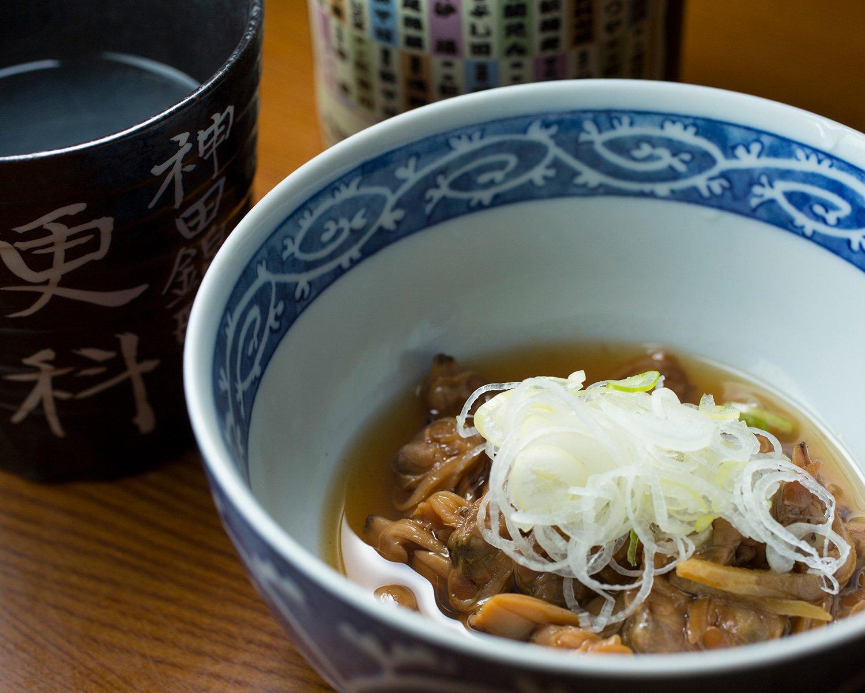 あさり煮450円を肴に、東京の老舗そば店で組織する  「木鉢会」の名を冠した蕎麦焼酎500円をそば湯割りで。
