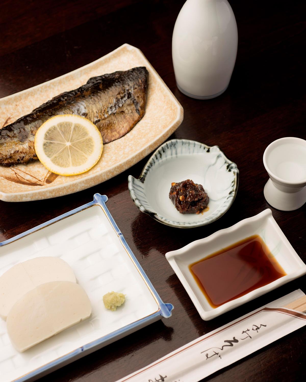 御酒「菊正宗 特選」700円(180mL)にはそば味噌が付く。にしん棒煮850円、わさびかまぼこ700円。