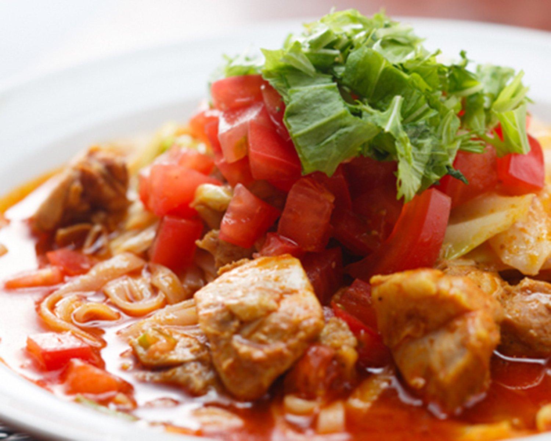 大きなチキンにトマトとキャベツがたっぷり。辛さは0~15辛まで。初心者は5辛までが無難。