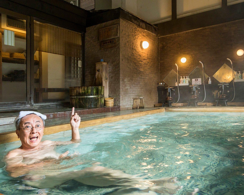 男女ともに同じ造りの大浴場。入り口に源泉浴槽があり、サウナで温まりながら入浴できる。外には小ぶりな露天風呂も。