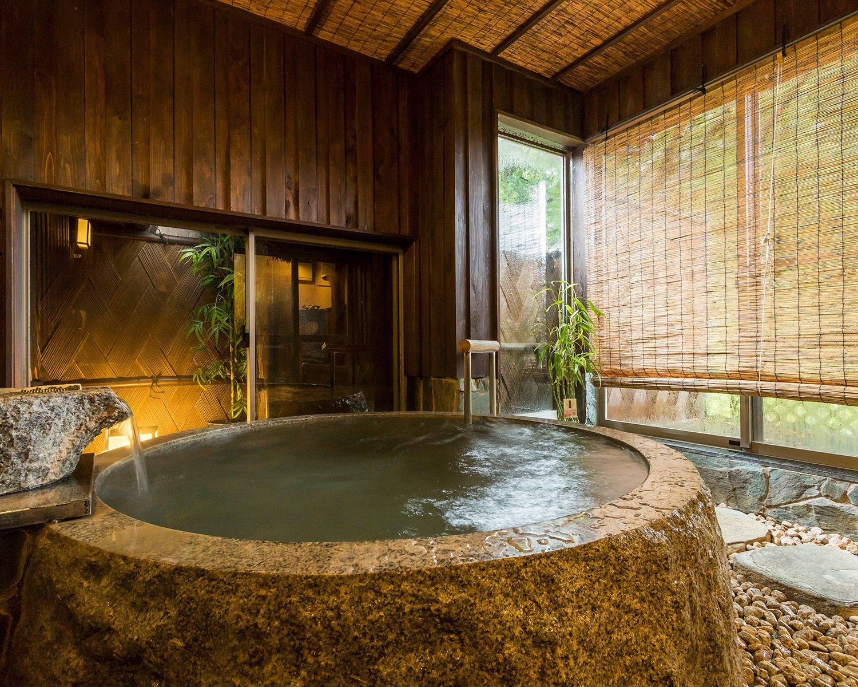 日帰りでも風情ある御影石の貸切風呂が利用可能。1時間3300円。