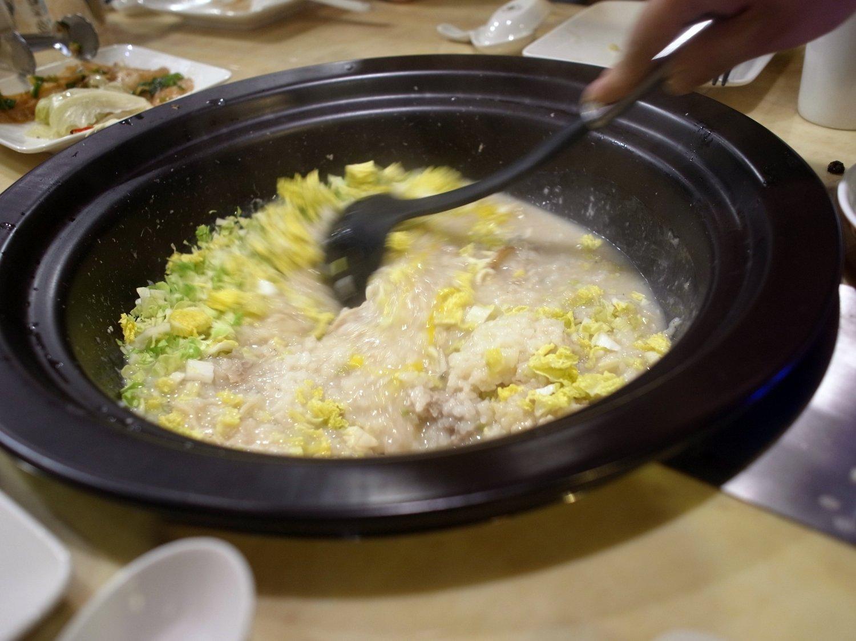 鍋のシメは旨味たっぷりのお粥