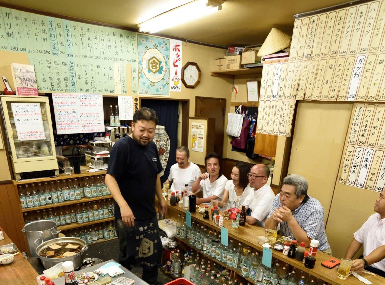 短冊メニューと日替わりを足して約100種。生ビール324円と安い。