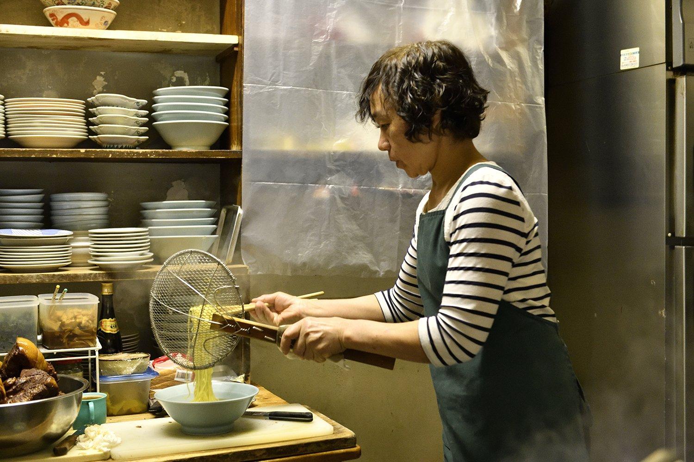 中国から日本に嫁いできた山本さんが一人で切り盛り。そのラーメンのファンは5歳児からお年寄りまでと幅広い!