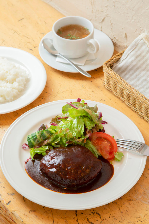 デミグラスハンバーグ1430円はライスとスープ付き。