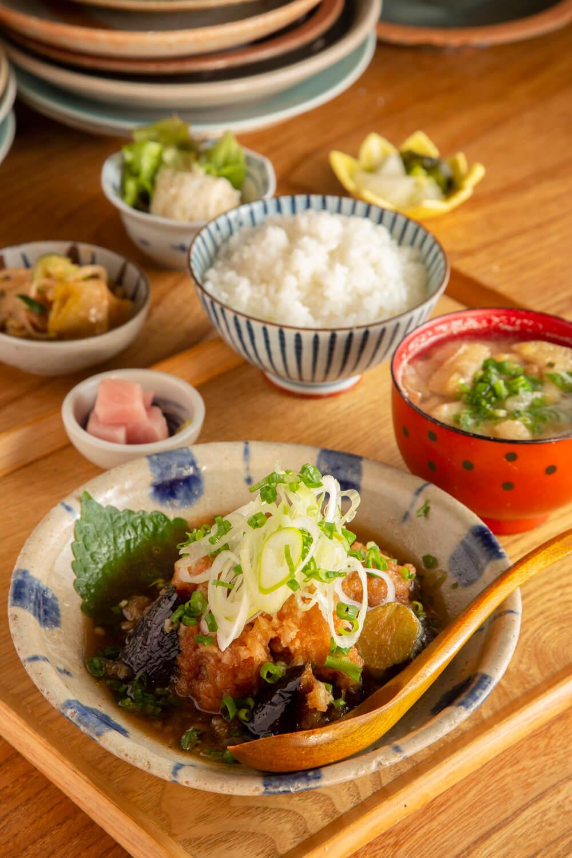こちらもおすすめ、定番の鶏と茄子のおろし煮定食1100円。