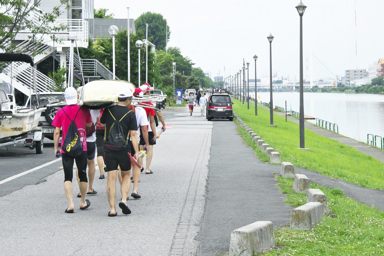 ボートコース両岸は大学や企業などの艇庫が並ぶ。水面は2km先で戸田競艇場に直結。