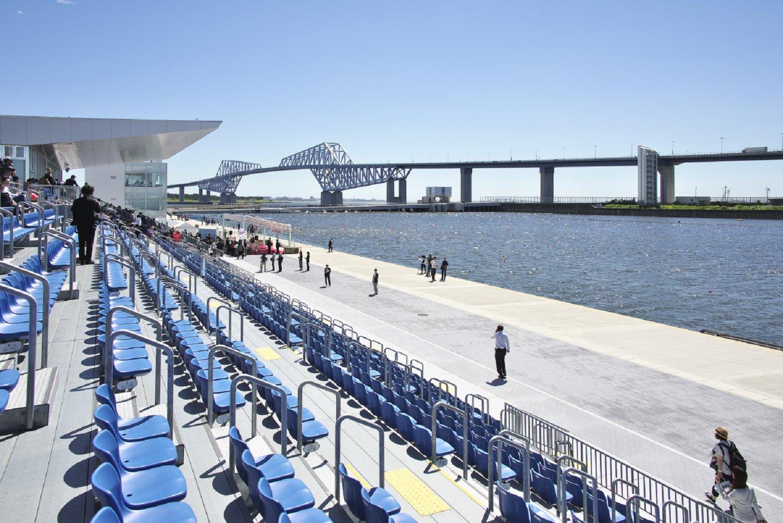 海の森水上競技場のメイン観客席は約2000席。仮設と立ち見を合わせて最大1万6000人を収容できる。艇庫や宿泊室もある。