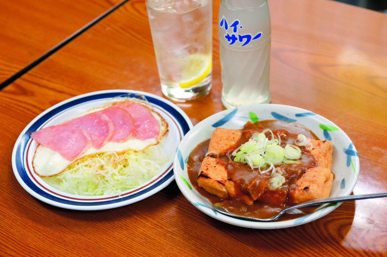 レモンサワー380円、ハムエッグ350円、厚揚げ焼きカレーかけ450円。