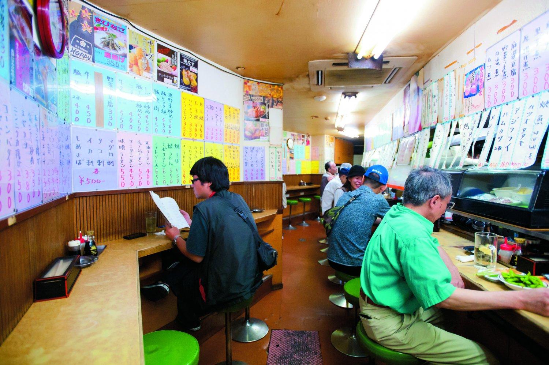 早朝から飲んでいるお客さんの姿も。カウンターのほか、テーブル席と小上がりもある。