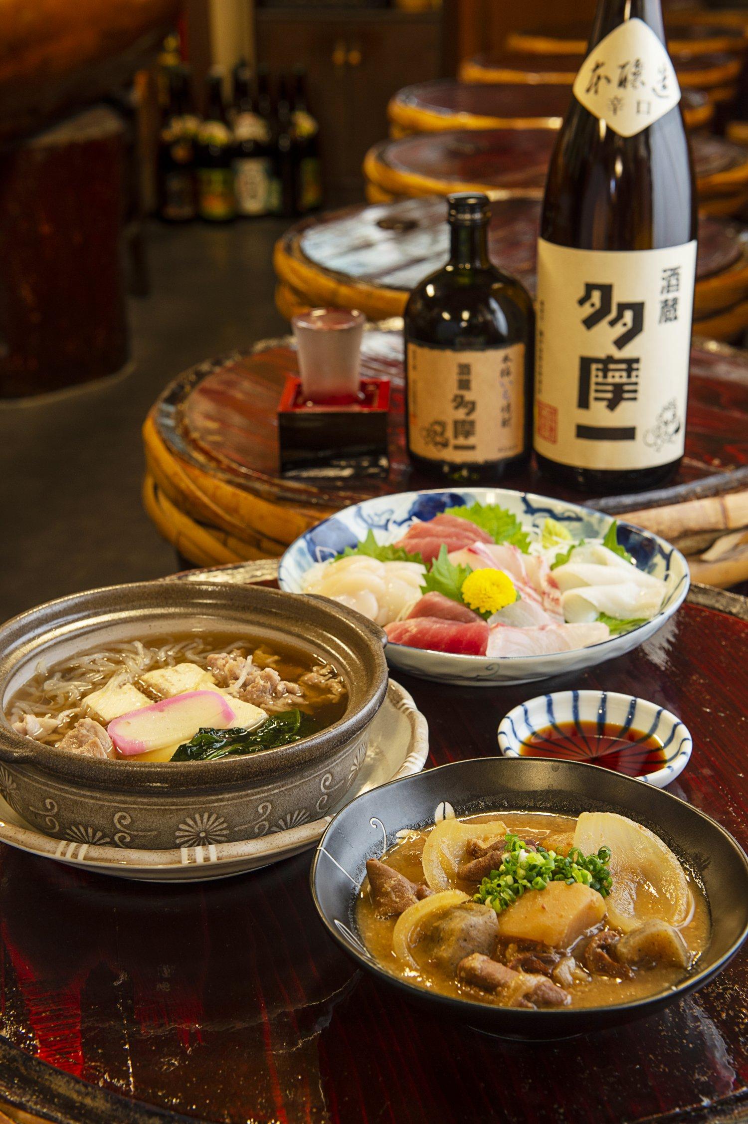 肉豆腐605円、もつ煮462円、刺し身盛り合わせ(小)1760円。オリジナルラベルの日本酒や焼酎も。