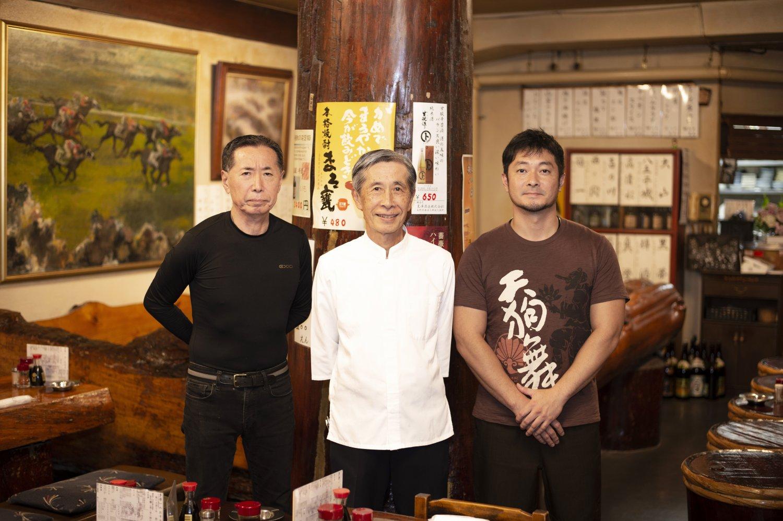 弟で料理人の伸一さん(左)、2代目、長男の正裕さんも厨房で立ち働く。