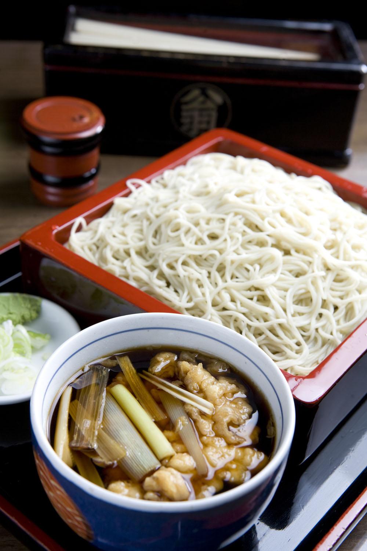 ねぎせいろ850円。写真は大950円。油揚げ甘辛煮400円でお銚子を空ける常連客も多い。