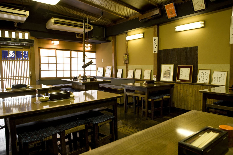 帳場や囲炉裏も現役。1階はテーブル席、2階に座敷あり。