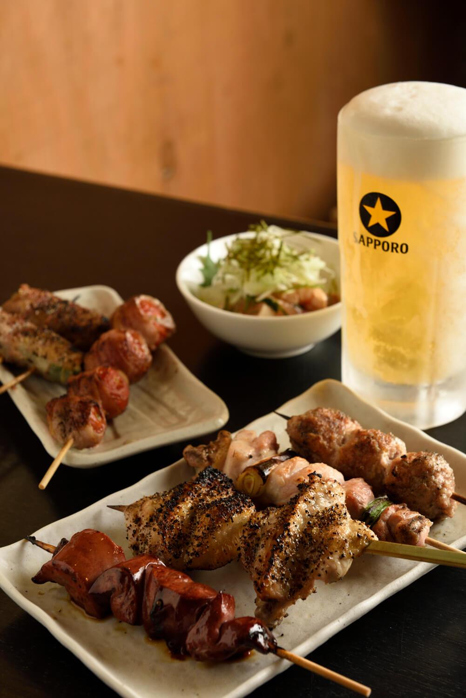 手羽先鬼こしょう串250円(左から2番目)など。生ビール550円