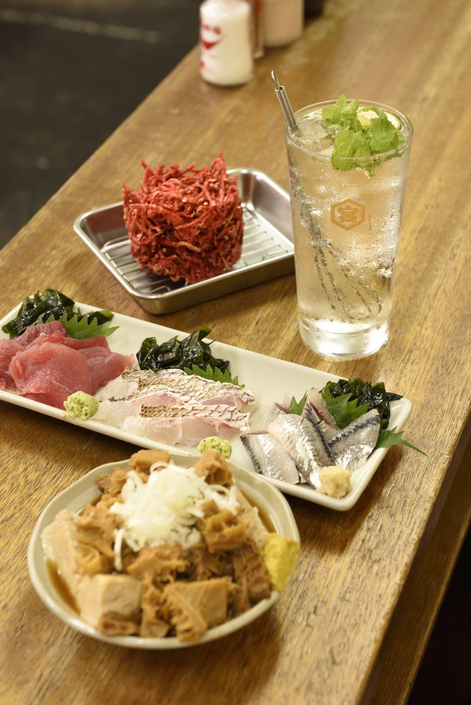 肉豆腐に煮込みをかけた「重ネ」528円、マグロ、タイ各495円、イワシ385円。紅しょうがのかき揚げ330円。キンミヤモヒート385円。