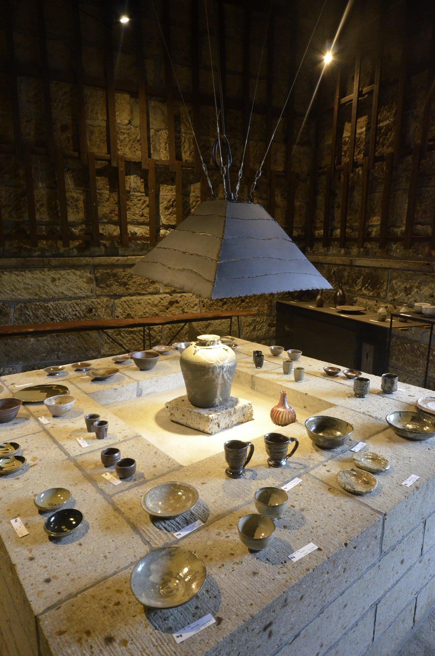 大谷石を組んだ囲炉裏風の台やステンドグラスなど遊び心が楽しい。