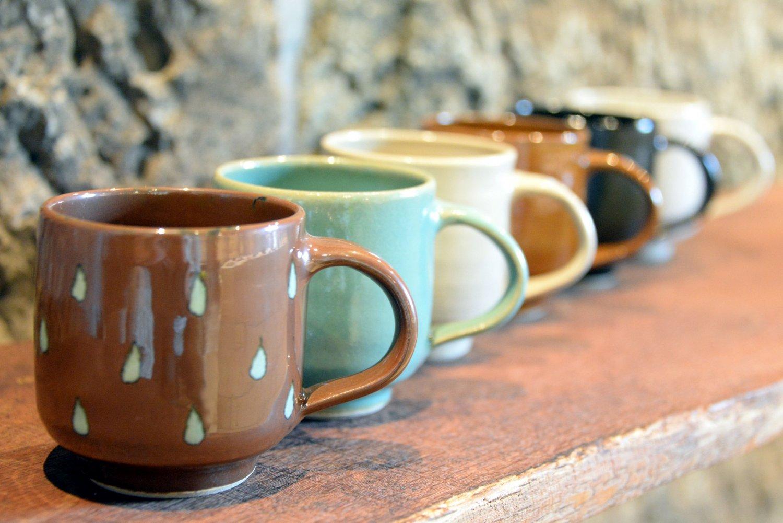 伝統釉のマグカップ2000円前後。益子焼は柿釉など6色が伝統色。