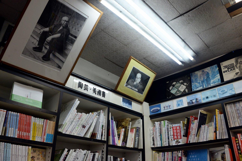 濱田庄司の写真とともに、70'sなLPジャケットも多数ディスプレイ