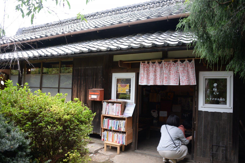 益子本通りから少し奥まった、築100年ほどの小さな古民家の店。